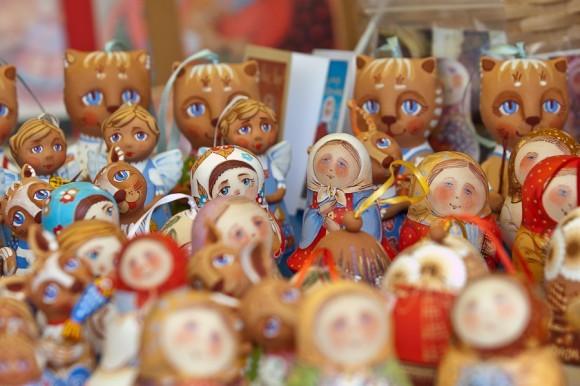 Нарядные дымковские игрушки , керамические фигурки и народные игрушки-«свистульки» были, пожалуй, самым востребованным товаром