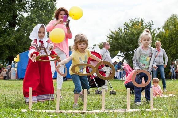 На отдельной площадке оборудован детский городок, оформленный в традиционном для русских и украинских сел стиле. В нем организованы различные развлечения для детей – их учат ходить на ходулях, играть в лапту и серсо,  рассказывают о народных традициях