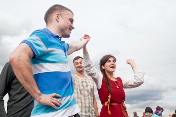 Традиционные народные игры для молодежи – водили хороводы, играли в «ручеек»