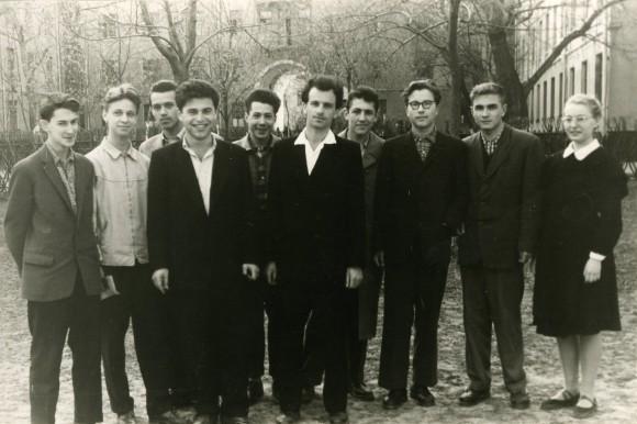 Отец, Э.Э. Шноль, со своими учениками
