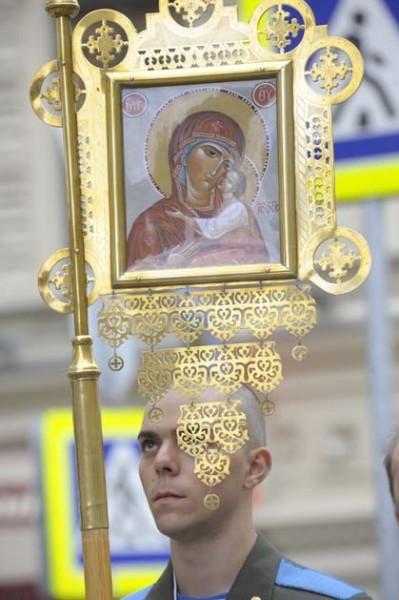Боец ВДВ перед крестным ходом