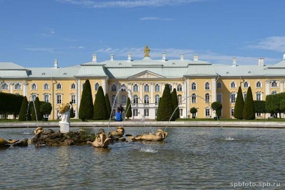 Большой дворец Петергофского парка