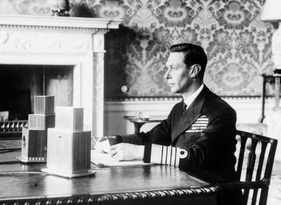 Британский король Георг VI обращается к британской нации в первый вечер войны, 3 сентября 1939 года, Лондон.(AP Photo).