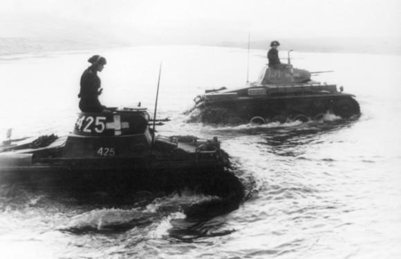 Два танка из дивизии SS-Лейбштандарт «Адольф Гитлер» форсируют реку Бзура
