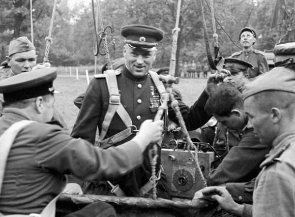 Командующий 2-м Белорусским фронтом К.К. Рокоссовский готовится к полету на аэростате в апреле 1945