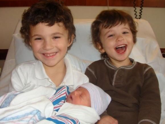 Мои сыновья познакомились со своим младшим братиком. Это их первое совместное фото.