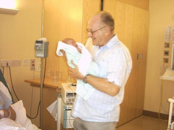 Мой отец держит моего сына на 20-й минуте после его рождения.
