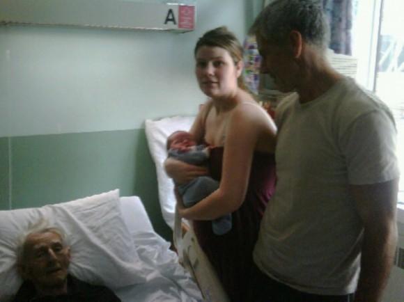 Мой племянник родился за неделю до того, как умер дедушка. На этом фото запечатлены целых 4 поколения вместе.