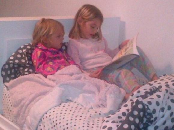 Моя старшая дочь впервые в жизни начала сама читать книжки своей младшей сестре.