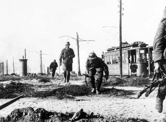 Немецкая пехота осторожно продвигается на окраинах Варшавы
