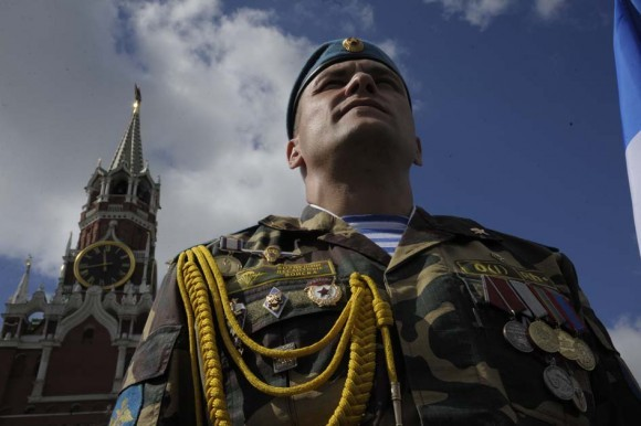 Офицер ВДВ в парадной форме на Красной площади