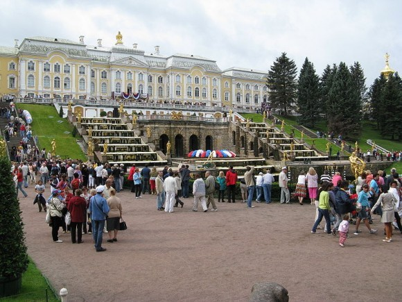 Перед запуском фонтанов в Нижнем парке