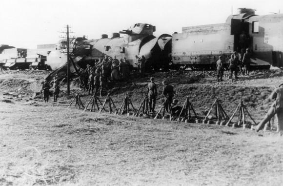 Поврежденный  польский бронепоезд  захвачен 14-й бойцами дивизии СС «Адольф Гитлер»