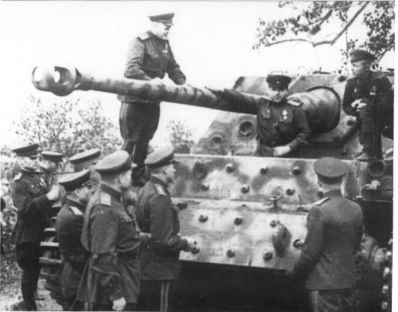 Рокоссовский c офицерами осматривают подбитую немецкую САУ Фердинанд