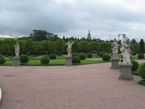 Скульптуры в Верхнем саду