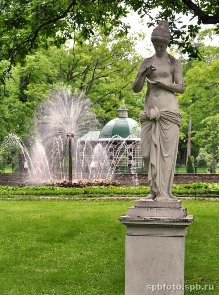 Статуя в Нижнем парке Петергофа