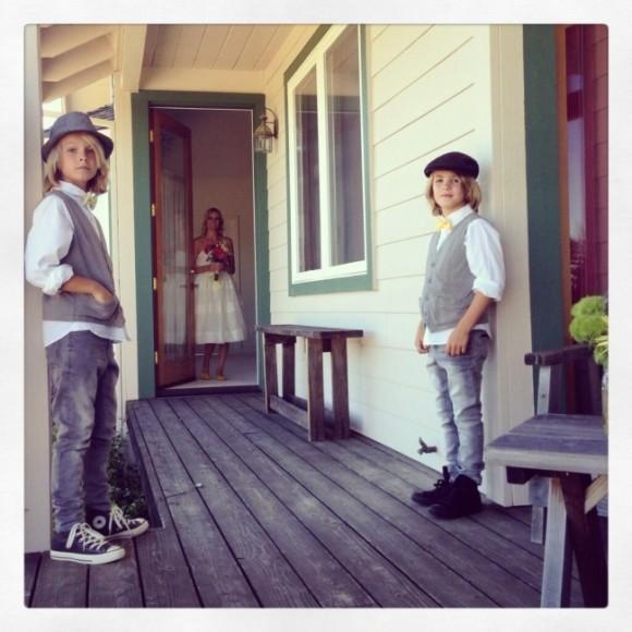 Сыновья ждут мою жену перед походом в храм.