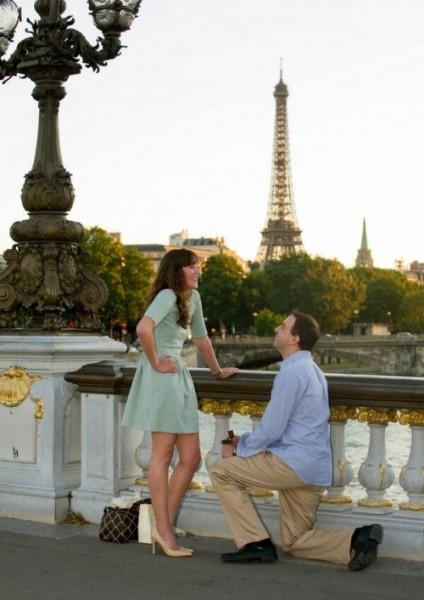 Фотограф в Париже сфотографировал момент, когда любимый сделал мне предложение.