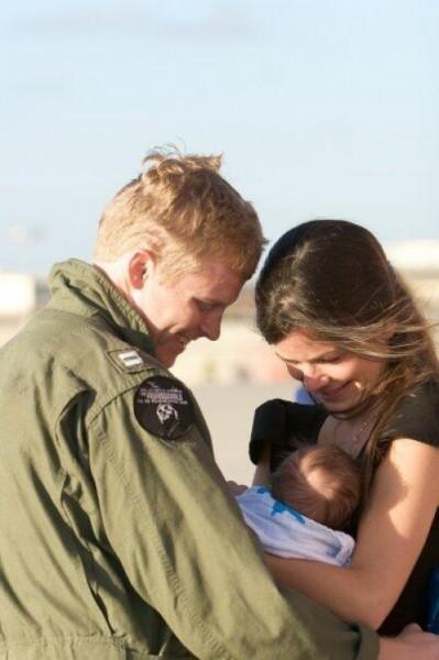 Я вернулся домой после 6-месячной службы, чтобы встретиться с женой и первый раз увидеть моего сына.