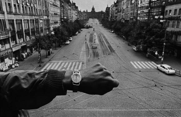 Прага. 21 августа 1968. Танки стран Варшавского договора вторгаются в Прагу. Возле штаб-квартиры Чешского Радио, толпа пытается отодвинуть первый танк.