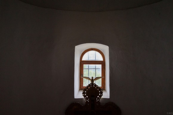 Окно в алтаре кладбищенского храма в Богетичах