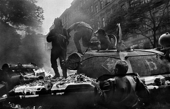 Прага. Август 1968 года. Вторжение войск Варшавского договора. Возле штаб-квартиры Чешского Радио