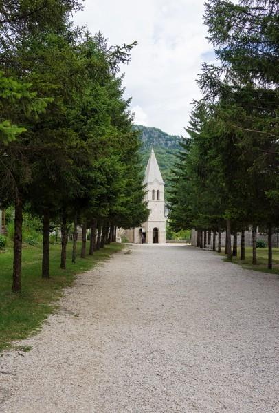 От Богетичей мы проезжаем несколько километров по неуклонно ползущей вверх дороге и оказываемся у ворот Нижнего монастыря. Сразу от ворот видна Церковь Святой Троицы. Современное здание построено в 1824 году