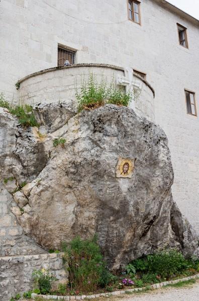 Гостиница для паломников на скале над церковью Нижнего монастыря. Ее построил в 1742 году архимандрит Стефан (Павичевич)