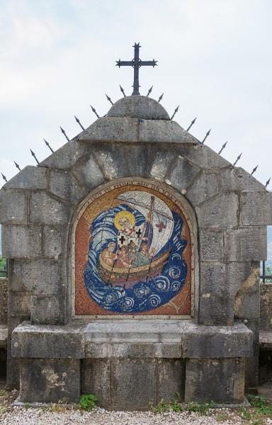 Мозаичная икона святителя Николая, выложенная в стене ограждения