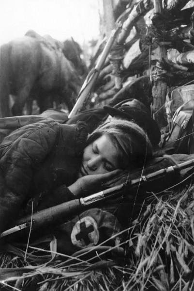Советская девушка-санинструктор