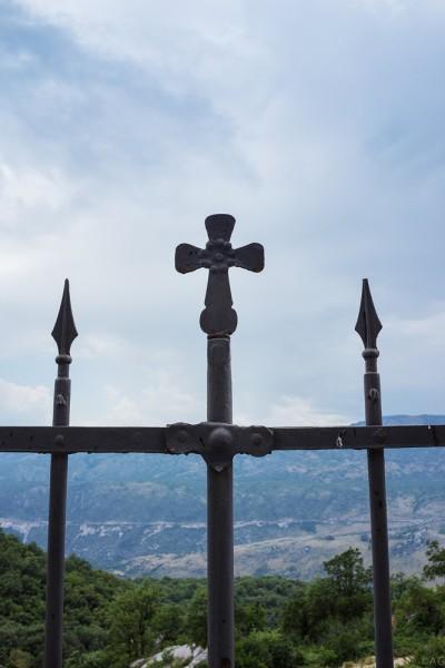 Ограждение из прутьев позволяет увидеть долину внизу и горы