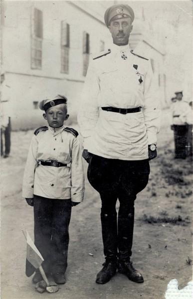 Генерал Врангель с кадетом Крымского кадетского корпуса Н. Захаровым. Белая Церковь, Королевство СХС. 3 июля 1925 г.