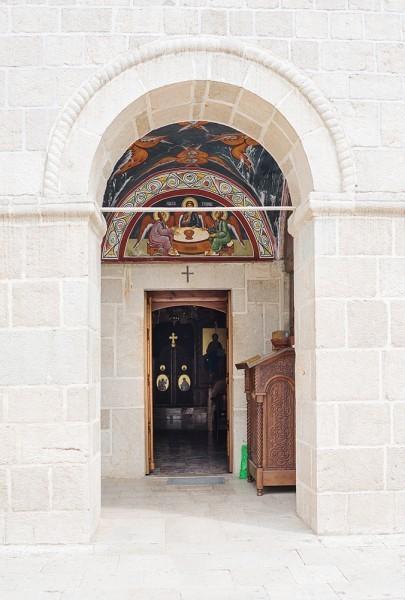 Вход в храм – под колокольней. Она была построена в второй половине 19 века на средства одной благочестивой сербки из Приморья. Имя благотворительницы осталось неизвестным