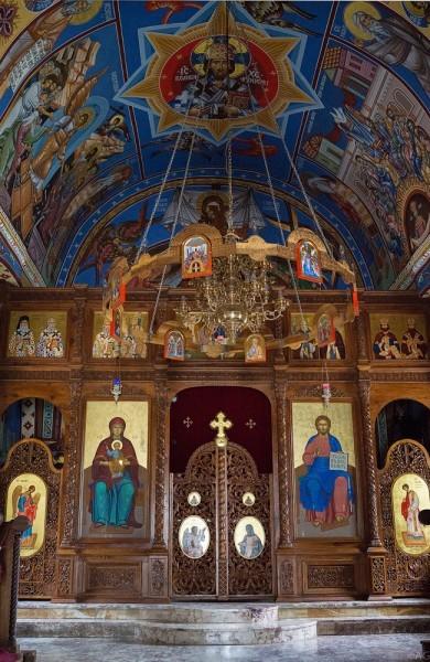 Современный иконостас церкви был создан в 70-е годы 20 века художником Наумом Андричем