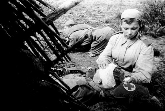 Санинструктор Н-ской части старший сержант Пономарева В. перевязывает раненого младшего лейтенанта Смирнова Н.С. 1943. РГАКФД