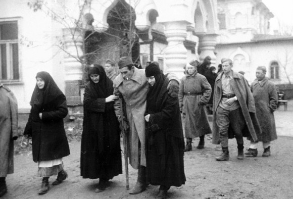 Прибытие раненых в госпиталь, расположенный в Покровском монастыре. Киев, 1943. РГАКФД