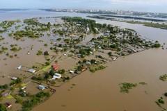 Будни Хабаровска: люди, сантиметры воды и молебен в лодке