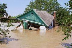 Жизнь в центре ЧП: затопленные дома, баржи на страже утеса и помощь отовсюду