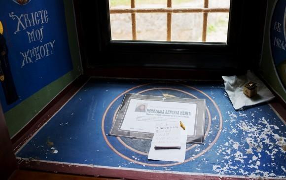 На подоконнике – поминальные записки и листок, на котором сообщается о смерти монахини Анисии. Именно на таких листках пишут в Сербии и Черногории о смерти близких. В каждом городке и деревне можно увидеть подобные записки на столбах или досках объявлений