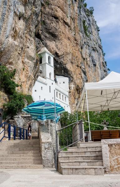 Монастырь построен в отвесной скале на высоте 900 метров над уровнем моря. Многие его сравнивают с более известными греческими монастырями в Святых Метеорах. Верхнюю церковь, по благословению митрополита Василия, воздвиг в 1665 году иеромонах Исайя, родом из деревни Поп недалеко от Никшича. Церковь расписана в 1667 году