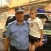 Черкасский милиционер, рискуя жизнью, вынес ребенка из объятой пламенем квартиры