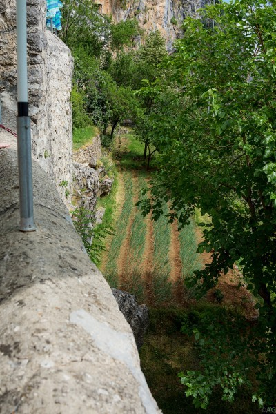 Под стеной монастыря, которой является скала, монастырские грядки