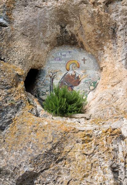 Преподобный Исайя Оногоштский (Современное название Оногошта – Никшич) поселился и жил здесь во второй половине XVI века в небольшой пещере, на самом верху. Его святые мощи, как некогда мощи святого Саввы, были сожжены во время похода Чуприлича-паши в 1614 году. Но имя подвижника не забылось. Именно его пещеру освятил святой Василий, превратив ее в храм Честного Креста