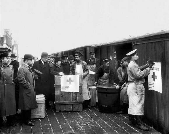 Погрузка медикаментов и санитарного оборудования, доставленных с Главного склада РОКК в вагоны для отправки. Санкт-Петербург. 1912–1913