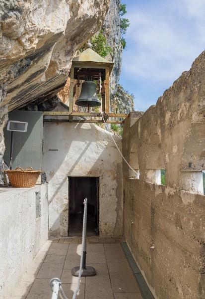 Именно по этой террасе паломники идут к храму Введения во храм Пресвятой Богородицы. Именно стараниями св. Василия она была расписана в 1665 году. Церковь была создана в результате расширения узкой пещеры в скале, которая на западе и на севере была закрыта стенами, а на востоке, как и положено, был построен алтарь. Церковь имеет длину 4,5 м, а в ширину 3,2 м. Узкие низкие ворота находятся на северной стороне
