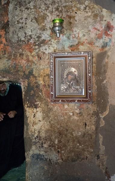 Снимать в храме нельзя – об этом нас предупреждает сразу же дежурный монах. Именно во Введенской церкви, крошечной по размерам, провел 15 лет в молитвах Василий Острожский. Здесь же он скончался в 1671 году и был похоронен во Введенской церкви. Его мощи были чудесным образом открыты в 1678 году. Сейчас здесь хранится ковчег с чудотворными мощами Василия Острожского