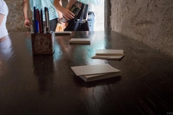 В соседней галерее можно написать записки
