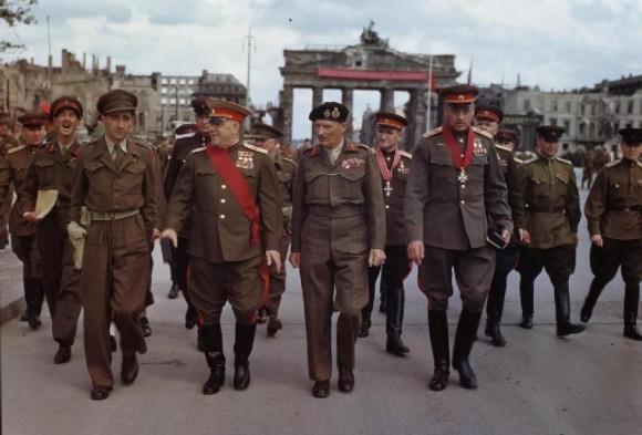 12 июля 1945 года фельдмаршал Монтгомери возложил на маршала Рокоссовского крест Рыцаря-Командора ордена Бани военного класса. Берлин, у Бранденбургских ворот.