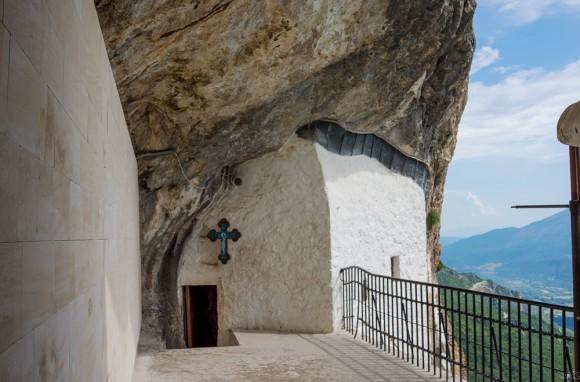 Церковь как бы врезана в скалу. Проскомидия совершается на специальном углублении в скале. Каменный свод потолка не одинаков по высоте и необычно ориентирован: алтарь повернут к югу и занимает самую широкую часть церкви, а вход расположен в самом узком месте