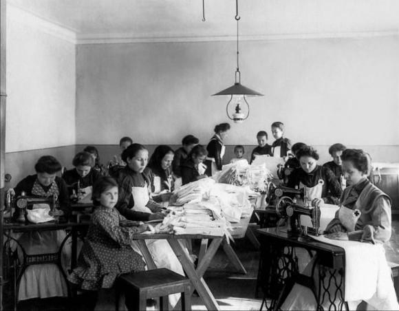 Пошив белья для действующей армии в мастерской РОКК. Санкт-Петербург. 1904. Фото ателье К. К. Буллы